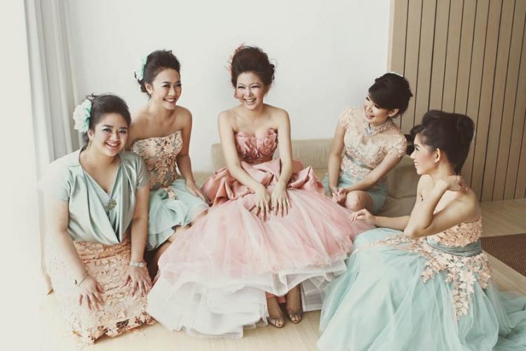 gambar berita Ide Pose Cantik Bareng Bridesmaids yang Wajib Ada Di Album Pernikahan Mu
