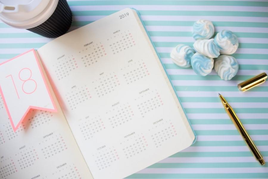 Image Inspirasi Desain Kalender Untuk Menghiasi Meja Kerja Anda